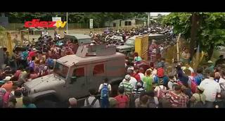 VIDEO: Caravana de migrantes hondureños rompen barrera y cruzan a México