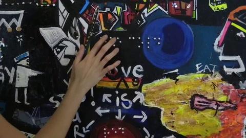 Una artista de Kenia crea pinturas para personas invidentes