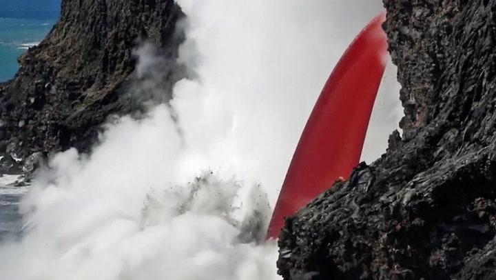 Her fosser lavaen ned i Stillehavet