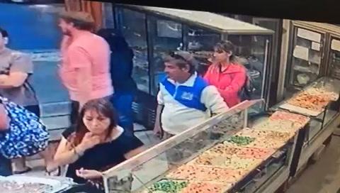 Una cámara sorprendió a un ladrón cuando se lleva una pizza de una panadería