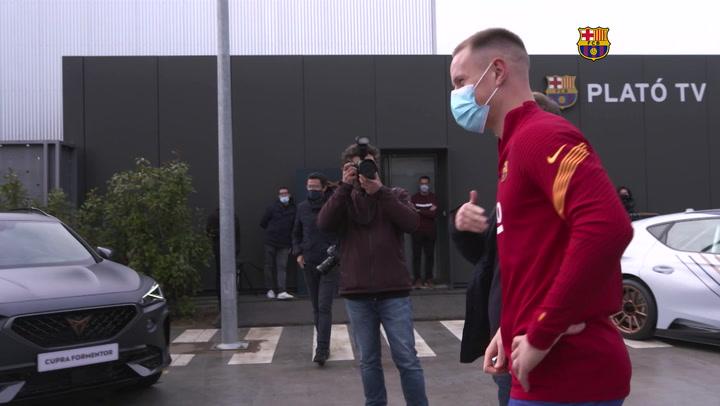 Los jugadores del Barça con sus nuevos coche CUPRA