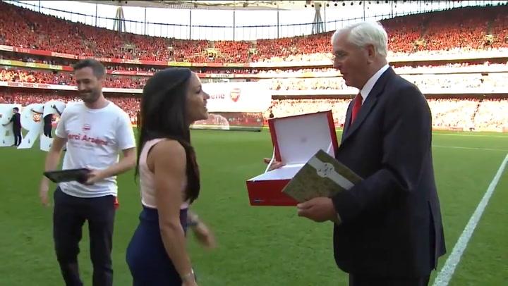 El homenaje que le tributó el Arsenal a Alex Scott hace dos años