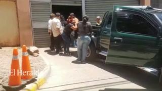 Momento en que la familia retira el cuerpo del joven Andrés Neptali Padilla Urbina de 17 años