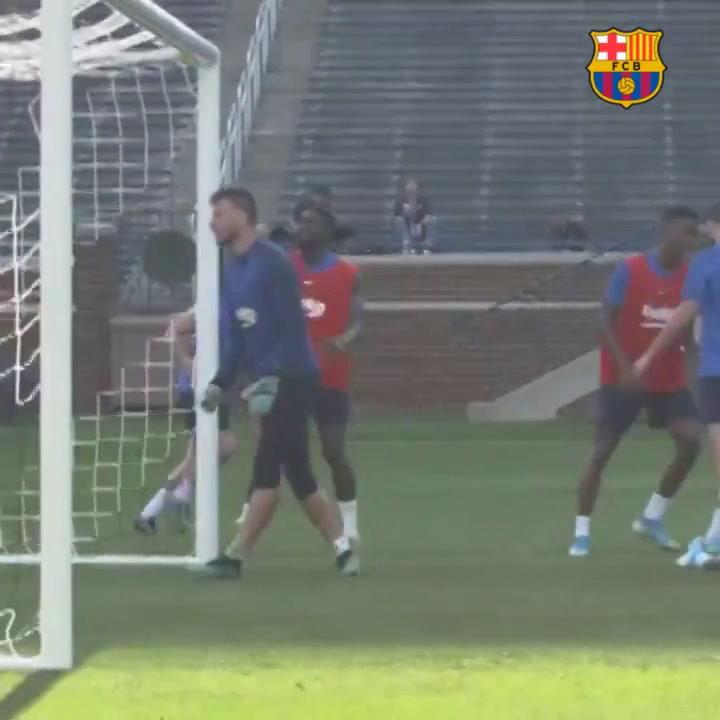 Coutinho sigue entrenandose con sus compañeros... y marcando golazos