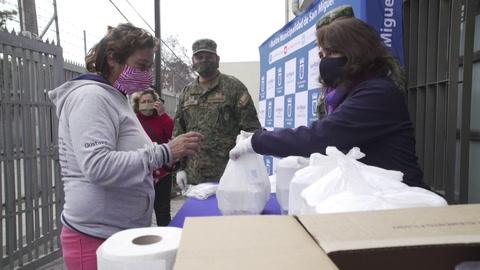 Ejército reparte comida a más vulnerables en Chile, que empieza a planificar un desconfinamiento