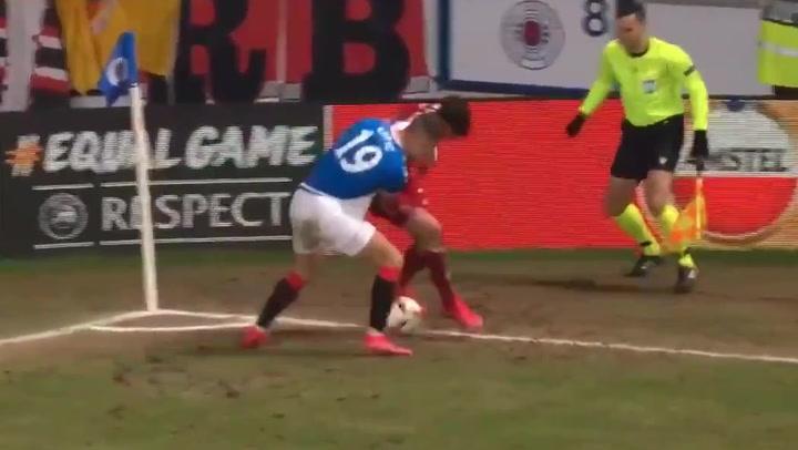Espectacular gesto técnico de Trincao ante los Rangers