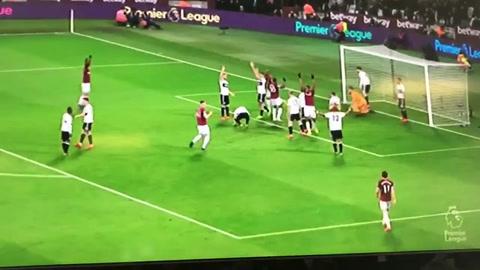 Chicharito Hernández marca gol con la mano en la Premier League