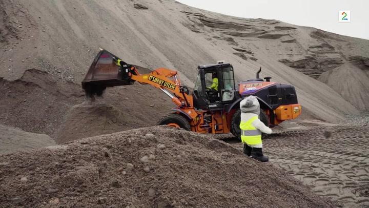 Bamse Broom ser en maskin som graver i sanden