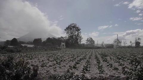 Erupción de monte Sinabung en Indonesia cubre de cenizas la región