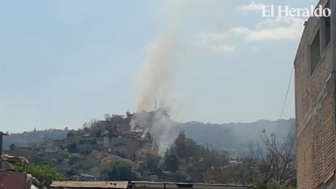 Arde zacatera en medio de viviendas en colonia Lincoln