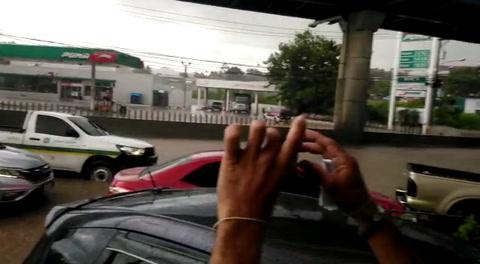 Automóvil queda atrapado por inundación en la calle de Camosa.