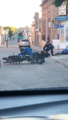 VIDEO: Motociclistas agredieron brutalmente a policías, en Victoria