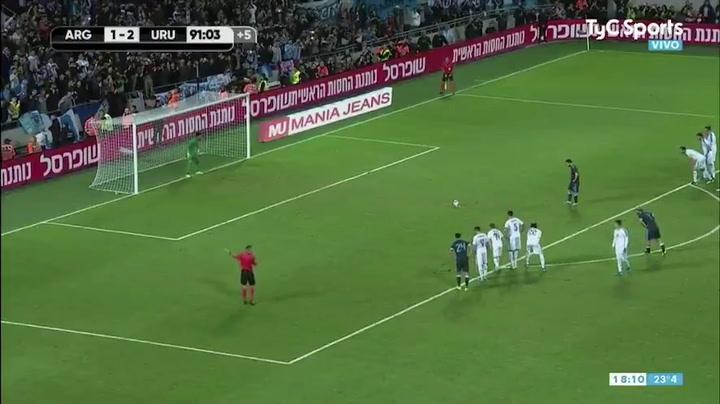 Messi marca el segundo gol de Argentina ante Uruguay de penalti