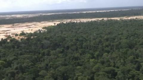 Minería ilegal deja desiertos de arena en la Amazonia de Perú