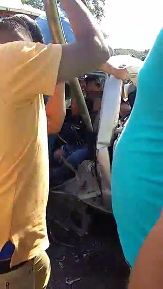 Momento en el que un conductor de un pick-up es rescatado por pobladores de Cofradía, Cortés