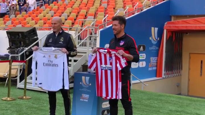 Simeone y Zidane posan con las camisetas antes de la final de la Supercopa