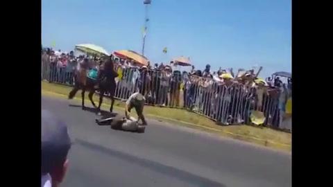 El Papa se bajó del vehículo para ayudar a una policía que se cayó de su caballo
