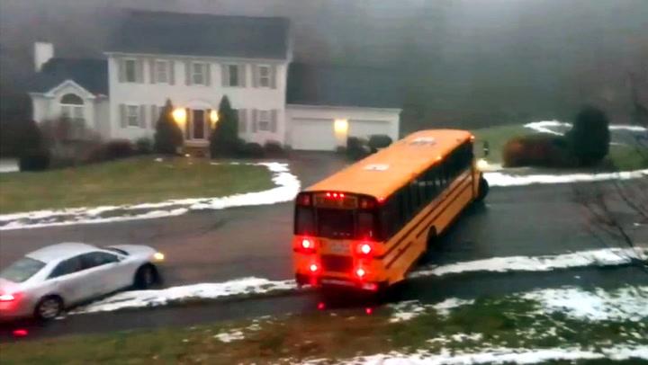 Med hjertet i halsen: Skolebussen mister all kontroll på glatta
