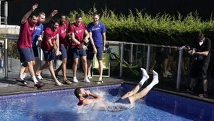 """""""MVP, MVP,MVP"""" y Mirotic al agua de la piscina"""