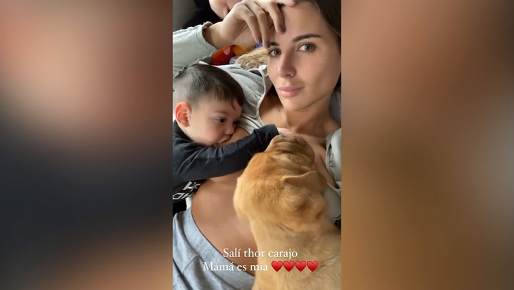 La tierna imagen de Mina Bonino, dando el pecho a su hijo