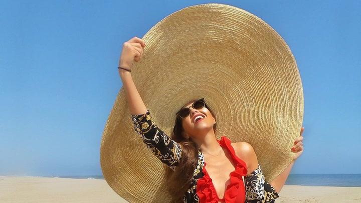 El sombrero 'oversize' de Thalía con el que no necesitarás sombrilla