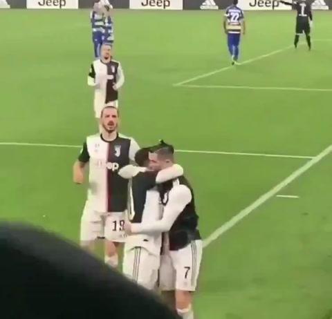 Cristiano da un beso accidental a Dybala y se vuelve viral en las redes