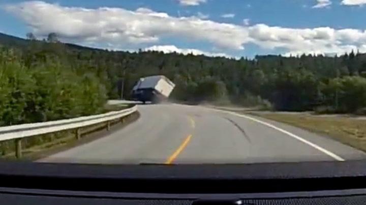 Her går det galt for lastebilsjåføren