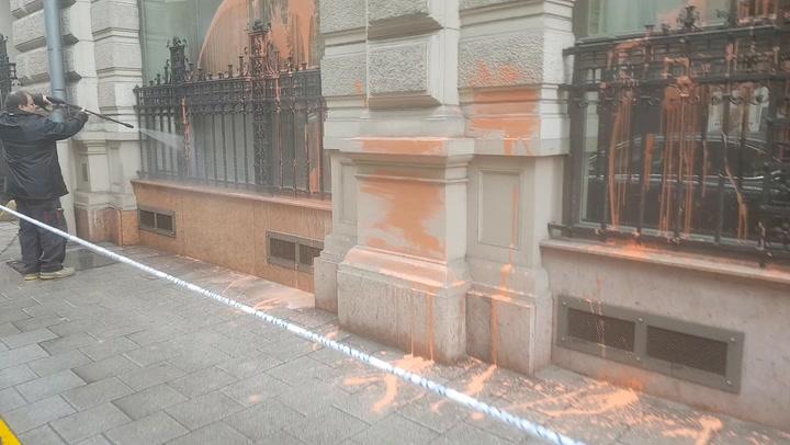 Gulyás Mártonék Fidesz-narancsra festették az Állami Számvevőszék épületét