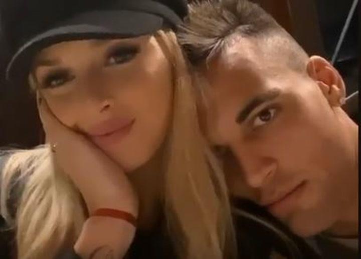 Lautaro, muy tranquilo y feliz, acompañado de su pareja