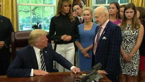 Trump recibe a los astronautas del Apolo 11