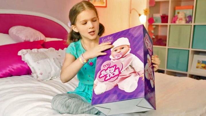 Jenta tror hun får ei dukke - i esken er noe helt annet