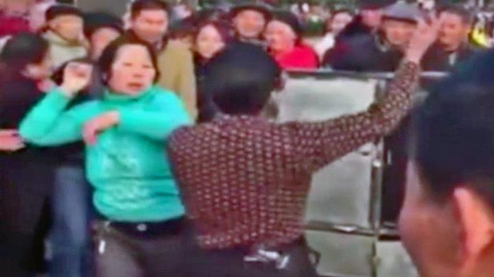 Kinesere slår seg løs i merkelig «dance-off»