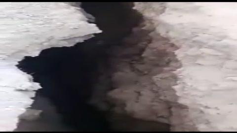 Una grieta en la barranca amenaza con tragarse un barrio entero