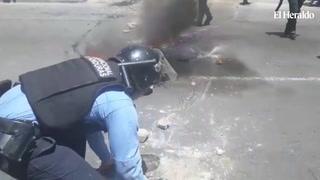 Policías desalojan a docentes para permitir acceso vehicular en bulevar Fuerzas Armadas