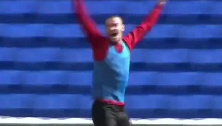 Gareth Bale disfruta como un niño en los entrenamientos de Gales