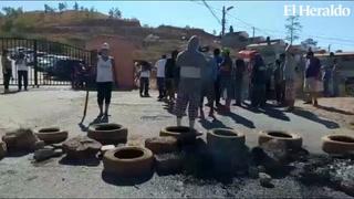 Habitantes de la Aldea El Tablón se toman la calle exigiendo alimentos