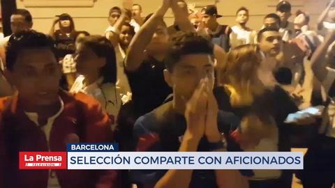 Jugadores de la Selección de Honduras comparten con aficionados en Barcelona
