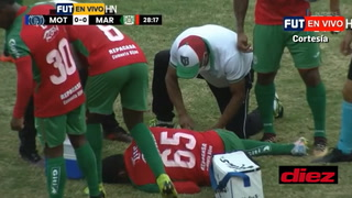 Luis Vega se marcha lesionado tras recibir una fuerte patada involuntaria de Bayron Méndez