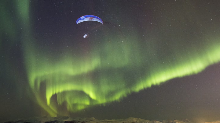 Spansk luftakrobat «danser» i det norske nordlyset
