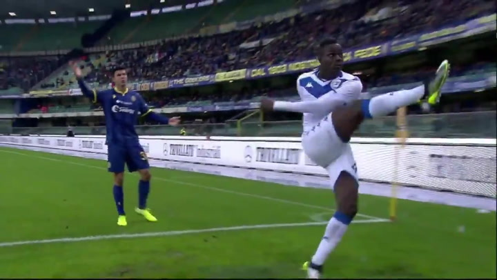 Balotelli pega un pelotazo a la grada y amenaza con irse tras sufrir insultos racistas
