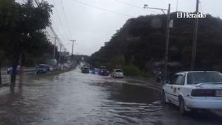 Fuertes lluvias obstruyen tramo del anillo periférico en la capital