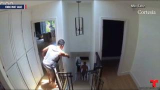 Familia capta a intruso paseando desnudo dentro de su casa