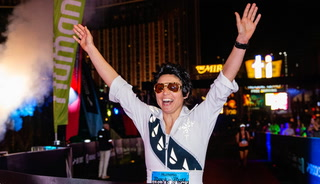 Heather Bray, as Elvis, wins women's Rock 'n' Roll Las Vegas Marathon – VIDEO