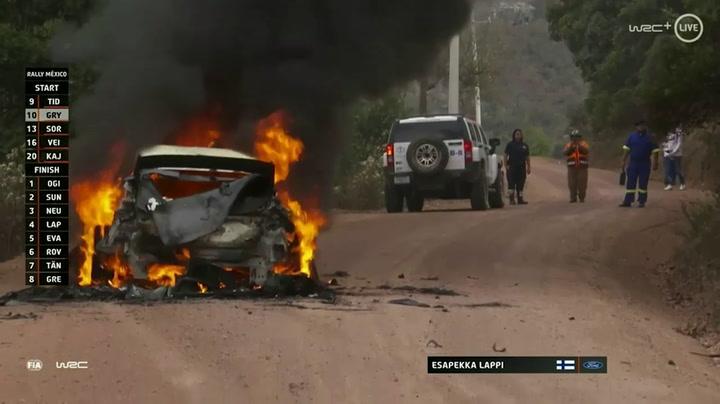 El coche de Lappi, calcinado por las llamas al intentar continuar en carrera