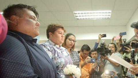 Dos mujeres remueven la tradición en Ecuador con el primer matrimonio igualitario