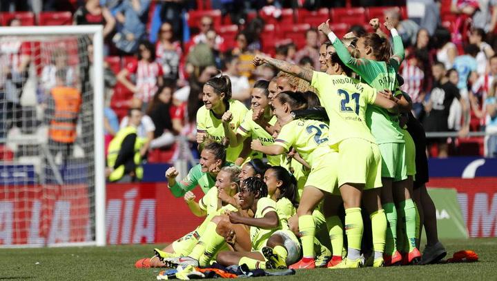 La celebración del Barça femenino sobre el césped del Wanda