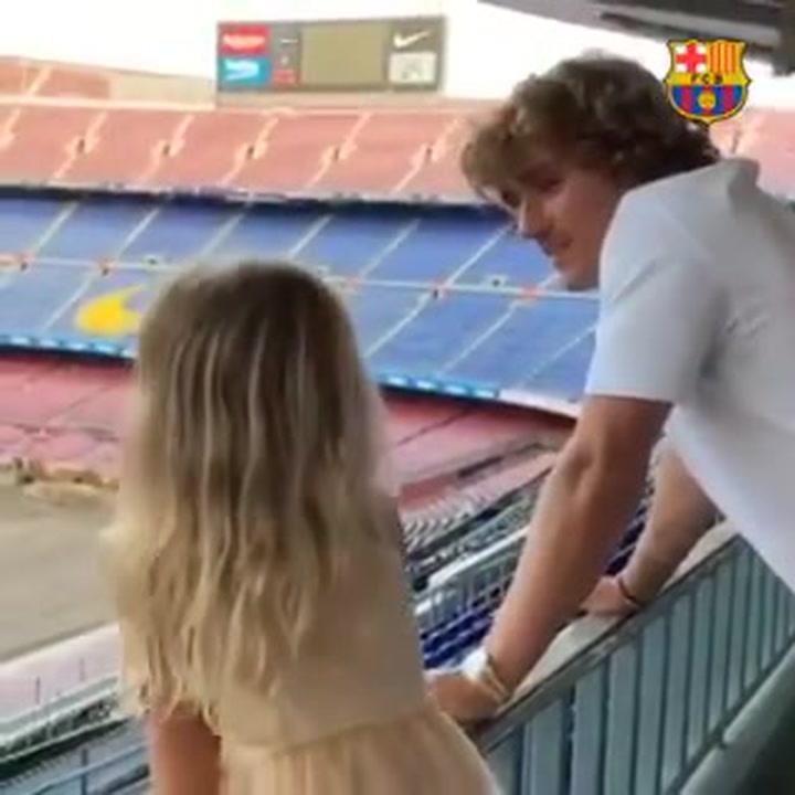 Griezmann y su hija, ponen a prueba la voz a grito de 'Baaaarçaaa' en el Camp Nou