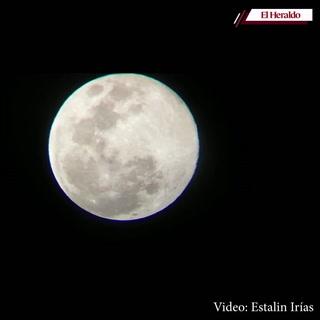 Así se ve la Superluna rosa desde la capita de Honduras