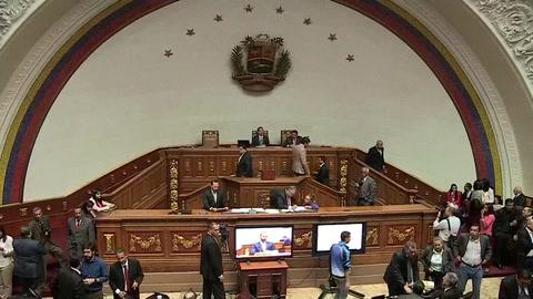 La oposición acelera el paso en su carrera por desconocer la legitimidad de Maduro