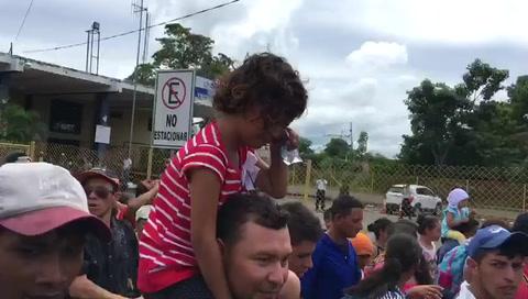 Niños cruzan llorando a territorio mexicano de caravana migrante